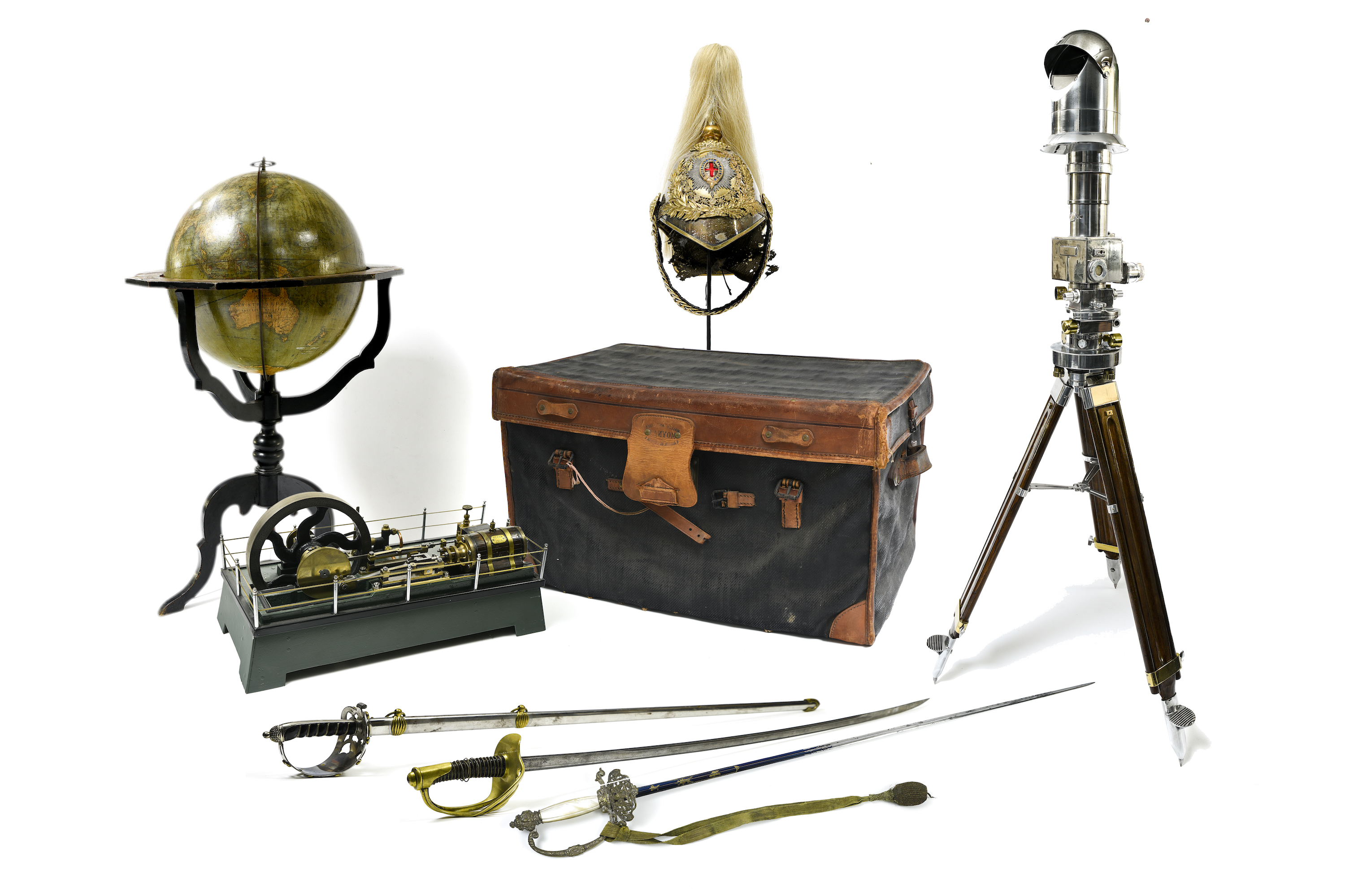 Results : Gentlemen collectors - Memorabilia - antiques weapons - marine objects - silverware